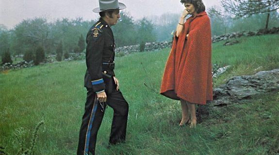 Un policier et Jeanne Woodward (Béatrice)