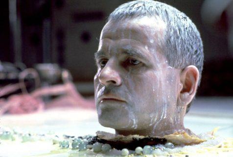 Ian Holm (Ash, l'officier scientifique)