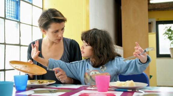 Une soignante avec une enfant au Courtil