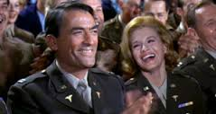 Gregory Peck, (le psychiatre, capitaine Josiah Newman) et Angie Dickinson (l'infirmière, lieutenant Francis Corum)