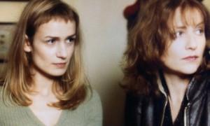 Sandrine Bonnaire (Sophie, la bonne) et Isabelle Huppert (Jeanne, la postière)