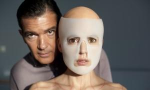 Antonio Banderas (Robert Ledhard, le chirurgien), Elena Anaya (Vera),
